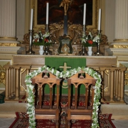 Zwei geschmückte Stühle vor dem Kirchenaltar