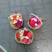 Drei Körbe mit Streublumen